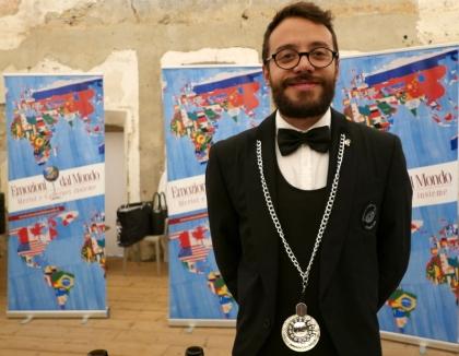 Sommelier italien prêt à présenter les vins médaillés